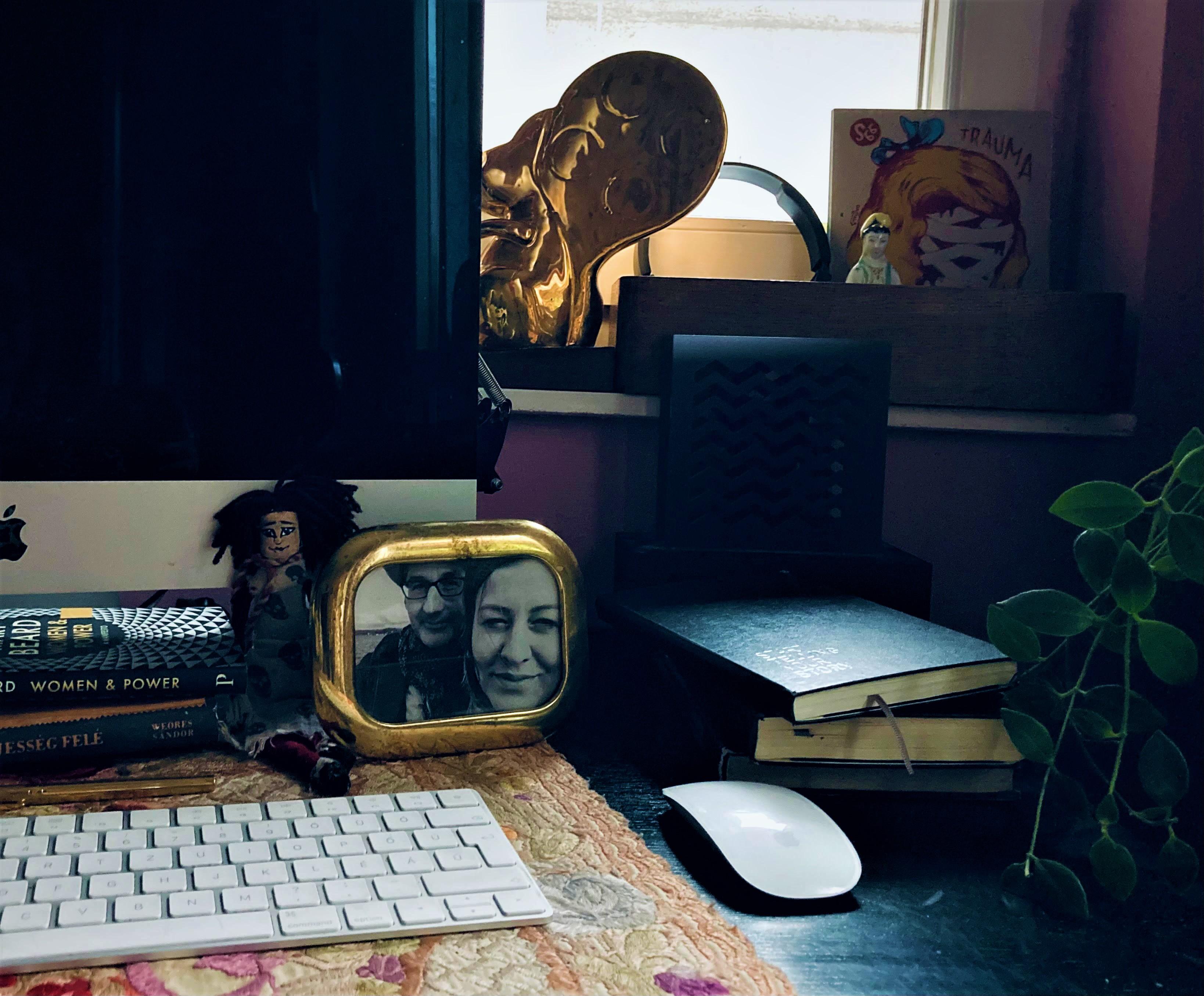 Az Aranymókus-díj Emília íróasztalán